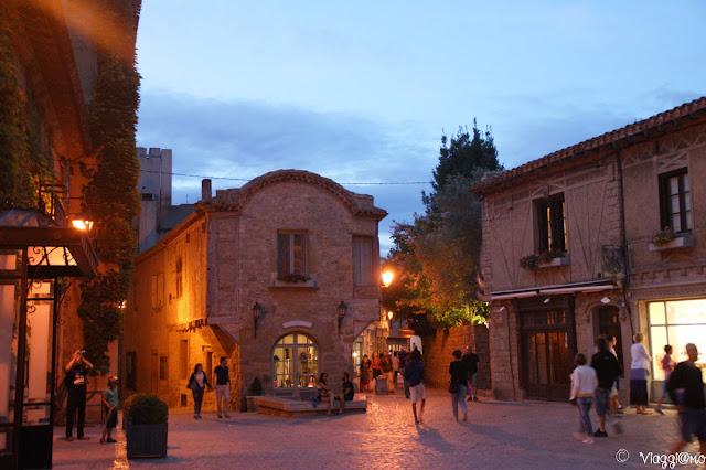 Le vie della cittadella alle luci della sera