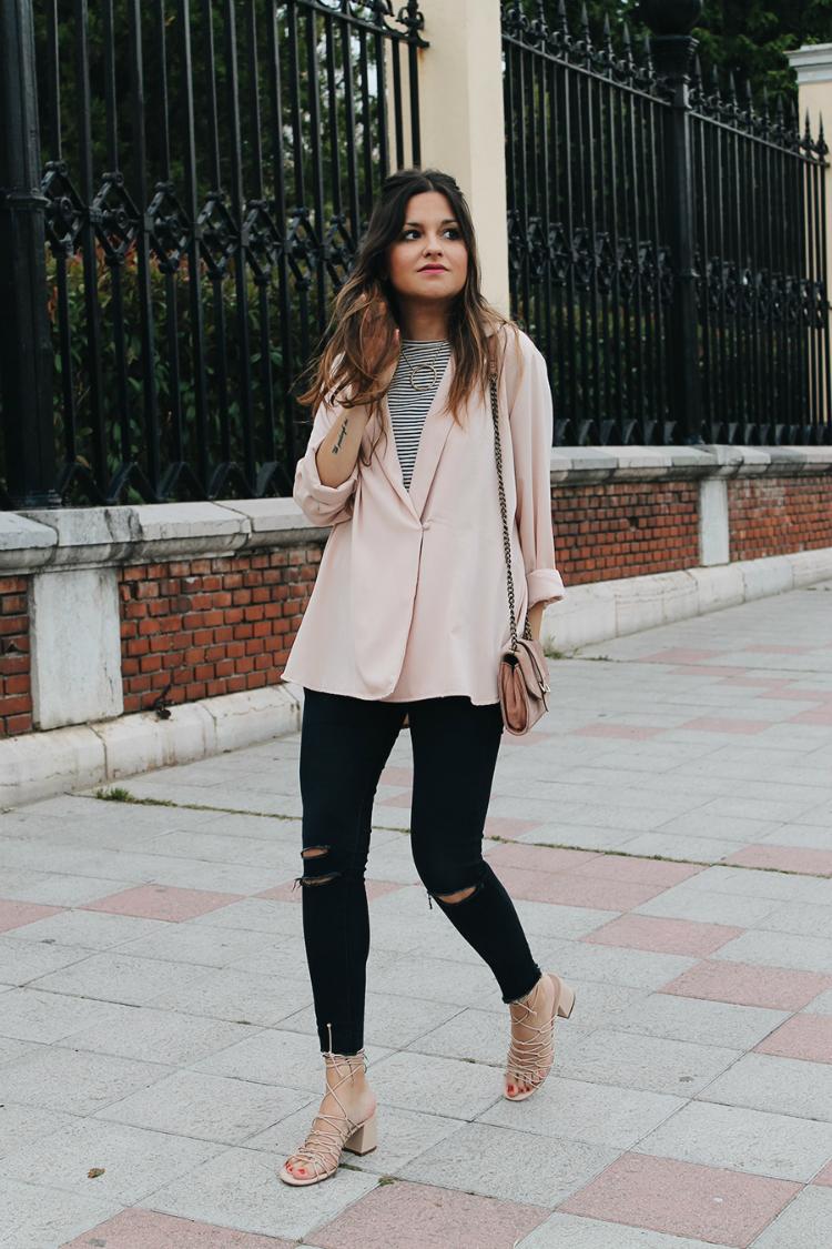 Outfit de primavera con jeans chaqueta rosa