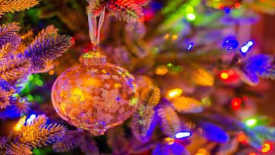 Wallpaper Christmas ball ornaments