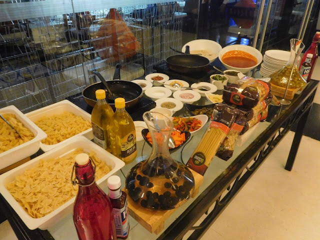 Kolkata curry night revelers buffet at park plaza for Q kitchen pasta buffet