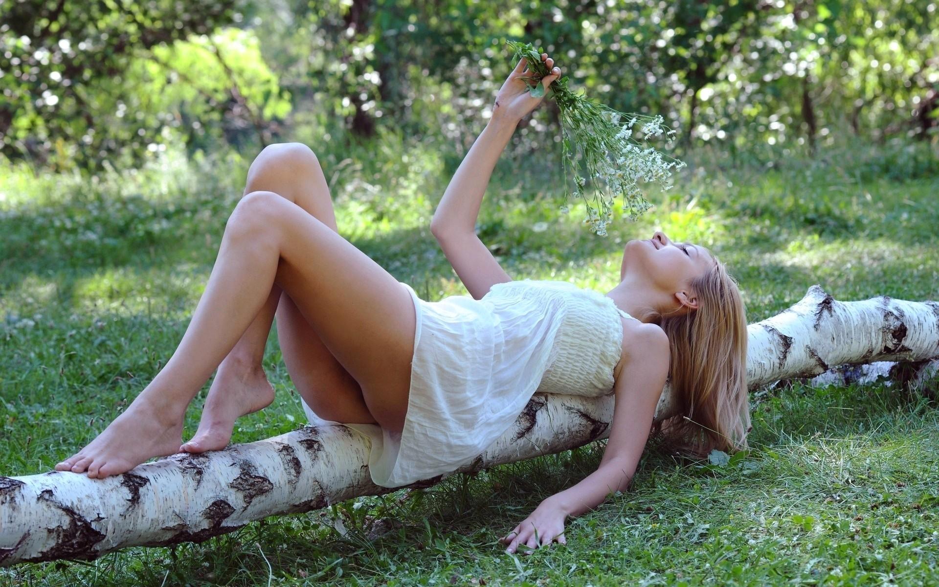Ишол в лесу увидел трахаются снял и показал в интернете сидит сверху медленно