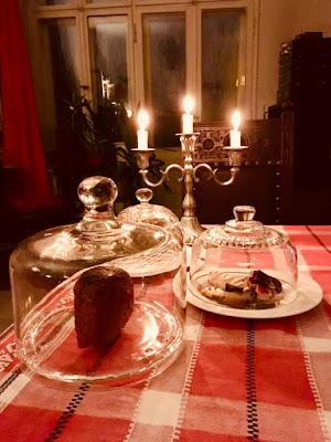 Elegante Kaffeetafel mit Silberleuchter, Kerzen, Keksen und Brot