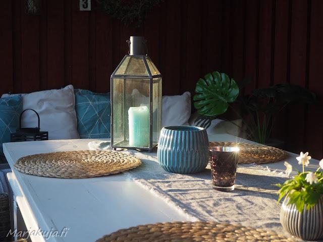 terassi katettu terassikalusteet sisustus polyrottinki boheemi skandinaavinen kesä ruokailutila ruokapöytä ruokailuryhmä valkoinen puu pöytä maalattu