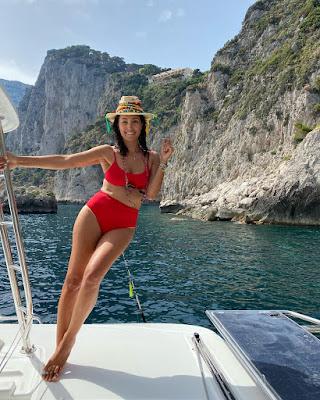 Caterina Balivo bikini rosso sulla barca a Capri