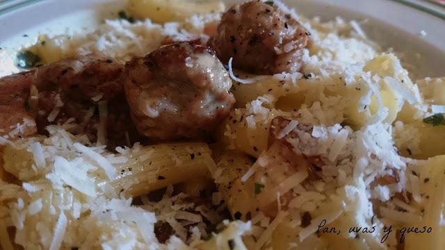 Macarrones-carbonara-salchichas-Jamie-Oliver-panuvasyqueso