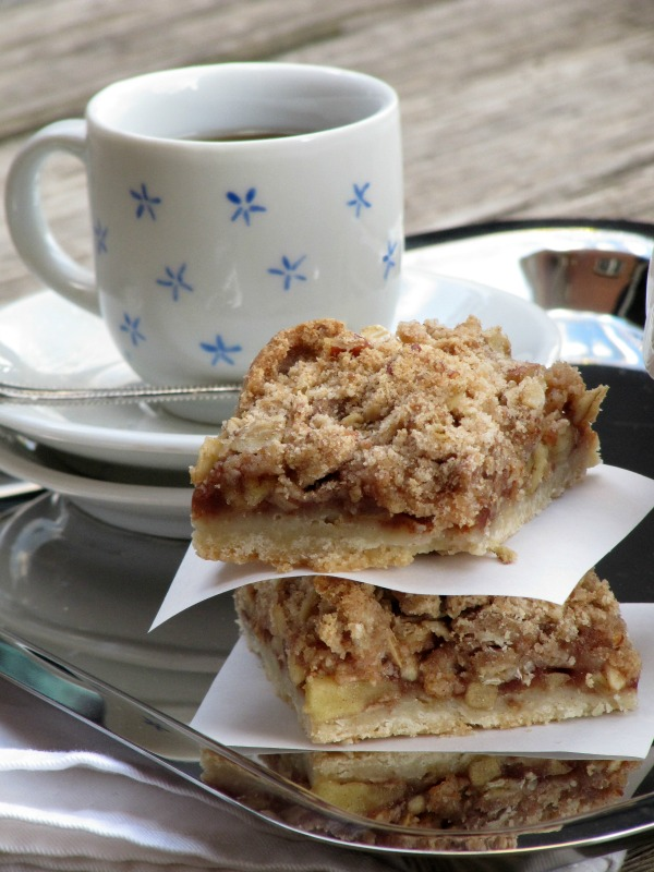 Apple streusel bars by Pinecones and Acorns. #foodblogger