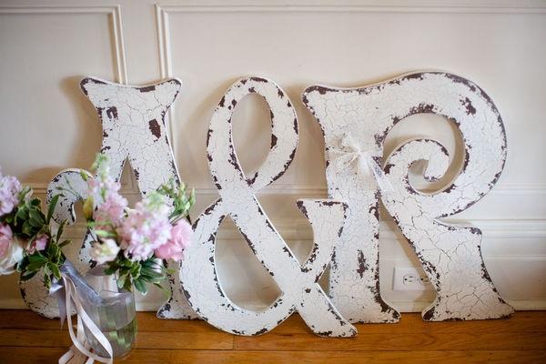 Dica-de-decoracao-para-casamento-estilo-shabby-chic-letras-envelhecidas