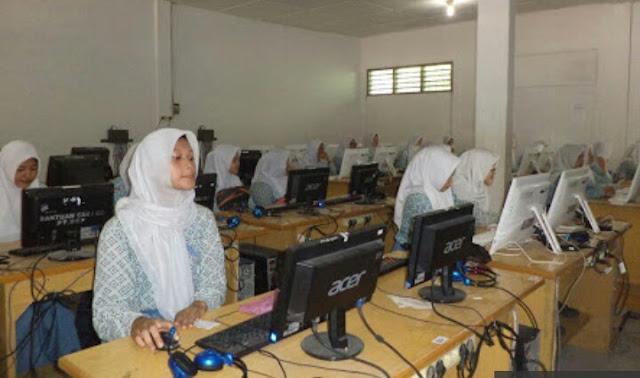 Para siswa-siswi SMA Negeri 1 Kisaran saat mengikuti UN.