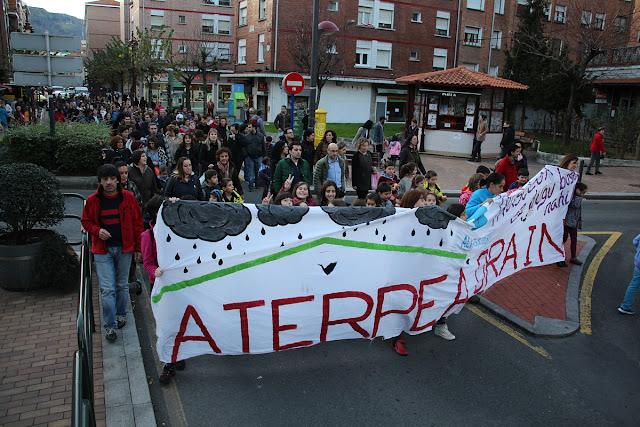Protesta de estudiantes y familias en demanda del cubrimiento del patio del colegio de Arteagabeitia