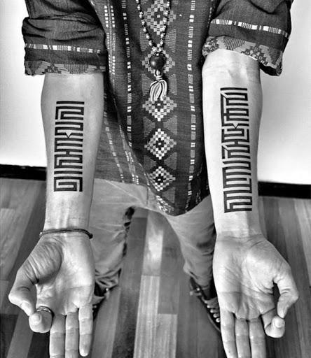 Um par de inspiração tribal projeta, figuram o utente antebraços neste tatuagem conjunto.