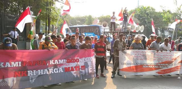 Kepung LBH Jakarta, Massa Peduli Papua Desak Organisasi Asing Pendukung Referendum Dibubarkan
