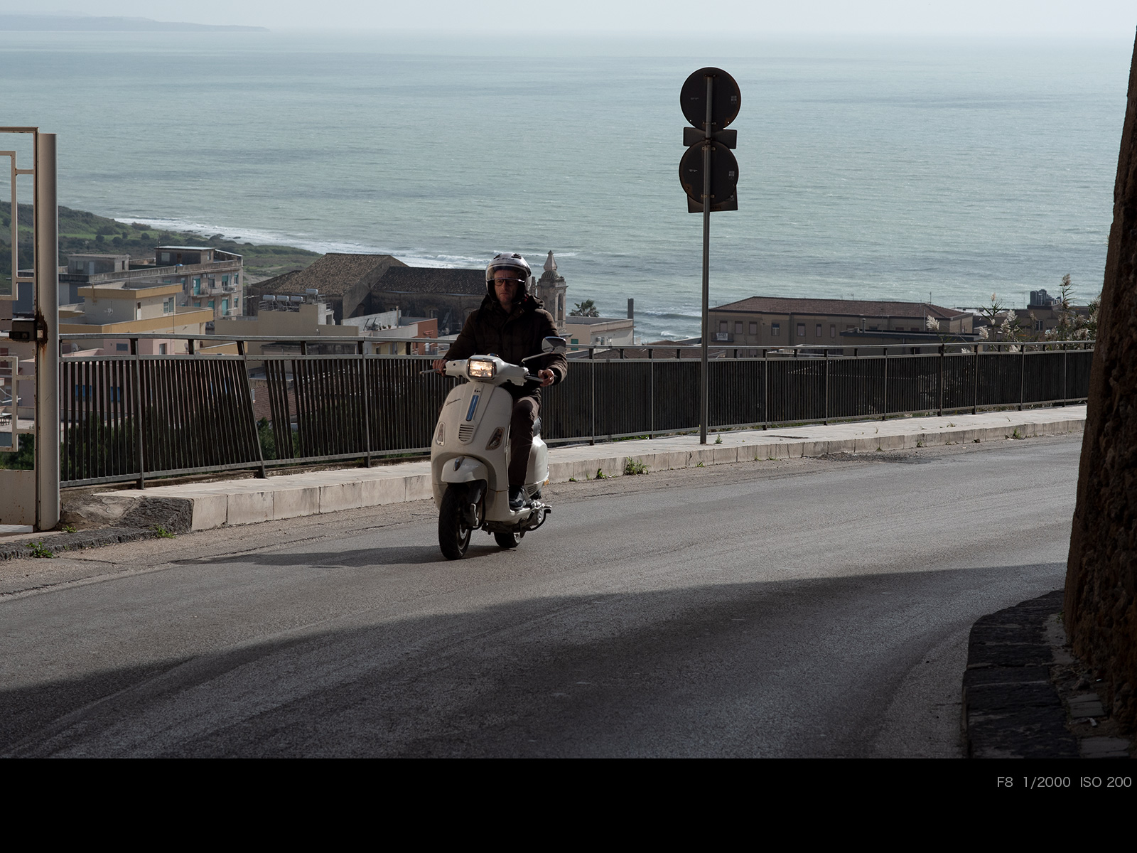 Мопед едет по дороге
