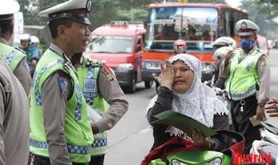 Sombong! Setelah Pukul Kepala Pengendara Wanita, Polisi ini Malah Pamerkan Pangkat
