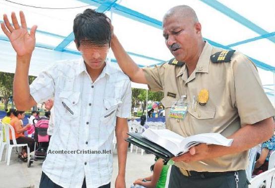 Policía cristiano evangeliza a delincuentes y pandilleros