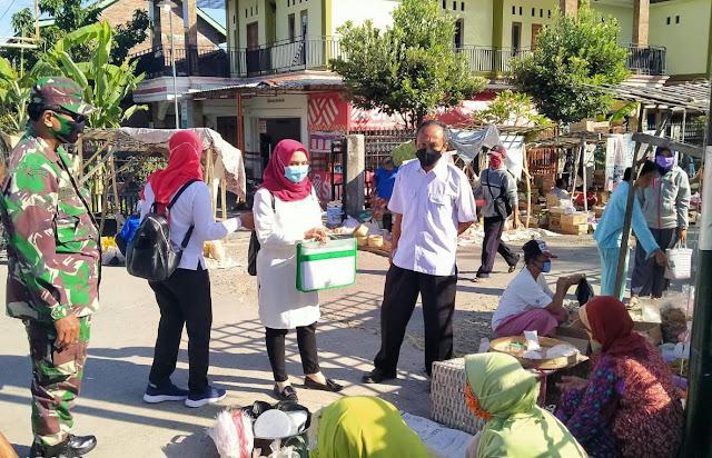 Pasar Tradisional Jadi Sasaran Babinsa Dan Bidan Dalam Sosialisasi Protokol Kesehatan