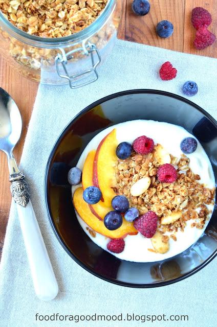 Godne śniadanie, to jak dla mnie dwie możliwości: owsianka lub musli. Kokosowo - migdałowa granola doskonale się tutaj sprawdza. Nie dość, że zdrowa, to jeszcze pyszna! A do tego bardzo łatwa do zrobienia. Wystarczy wymieszać składniki i zapiec. Świetna w domu, w pracy i w szkole :) Polecam!