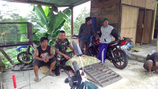 KodimKaranganyar - Babinsa Laksanakan Komsos Dengan Ketua Pemuda Di Desa Binaannya