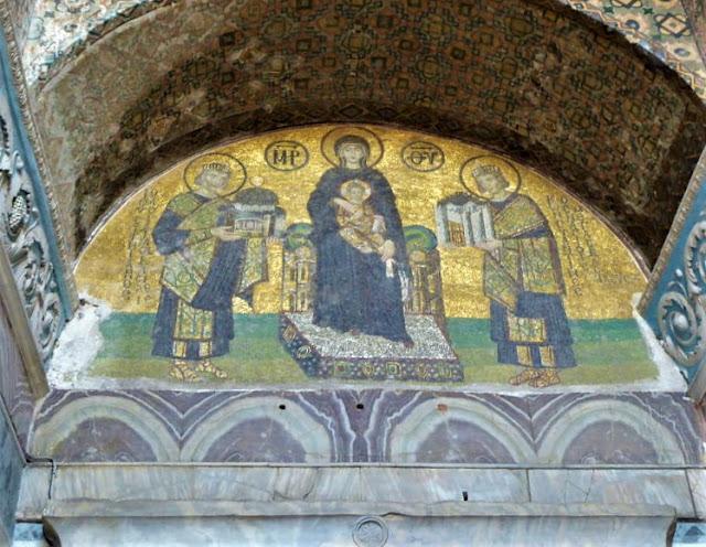 mosaico che raffigura costantino e giustiniano che donano la città a Gesù