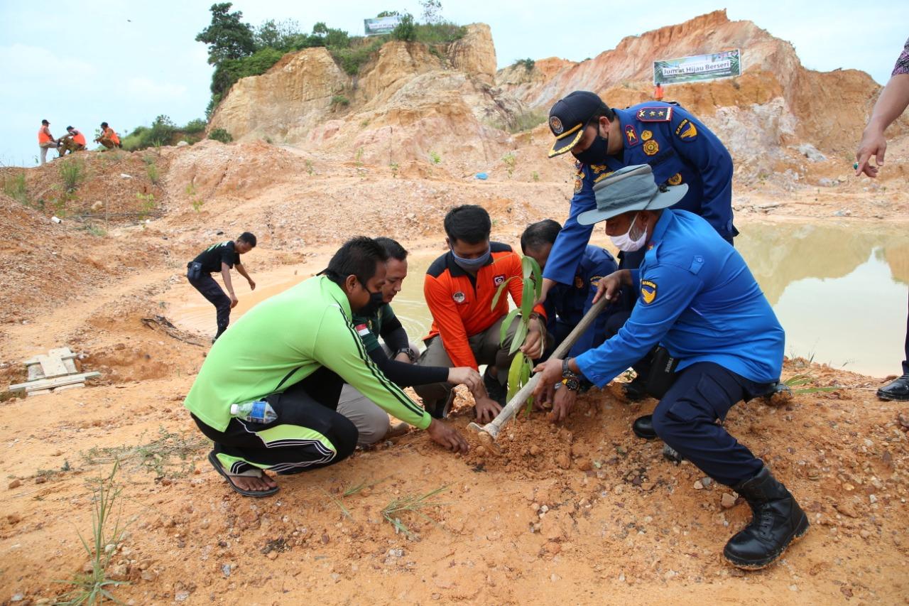 BP Batam Melakukan Penanaman Pohon Bersama Dalam Kegiatan Jumat Hijau Berseri