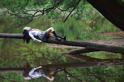 cewe igo lagi membaca buku di pinggir danau galau
