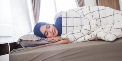 Dosa Bagi Orang Yang Tidur Menjulurkan Kaki ke Arah Kiblat!!