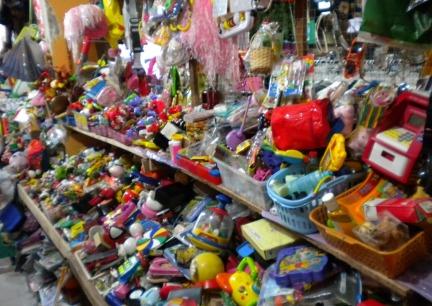 Pasar Aviari merupakan kawasan yang paling terkenal sebagai pusat belanja  barang second di Batam. Produk yang dijual disini tidak hanya produk  gadget 4e7ccc4d4b