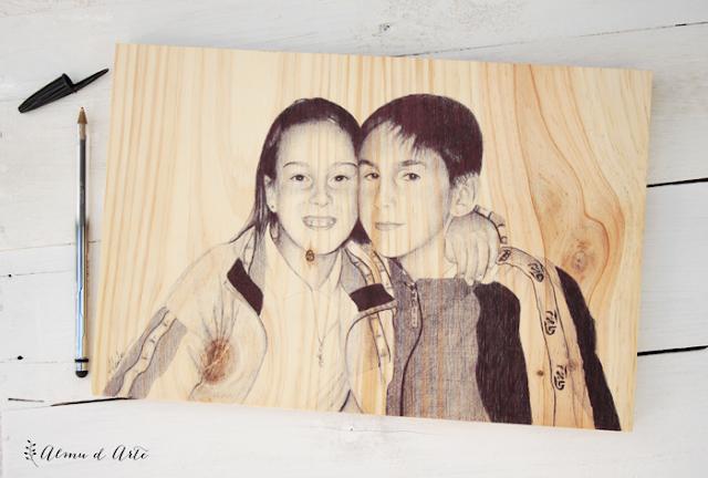 Retrato a boli bic negro sobre madera