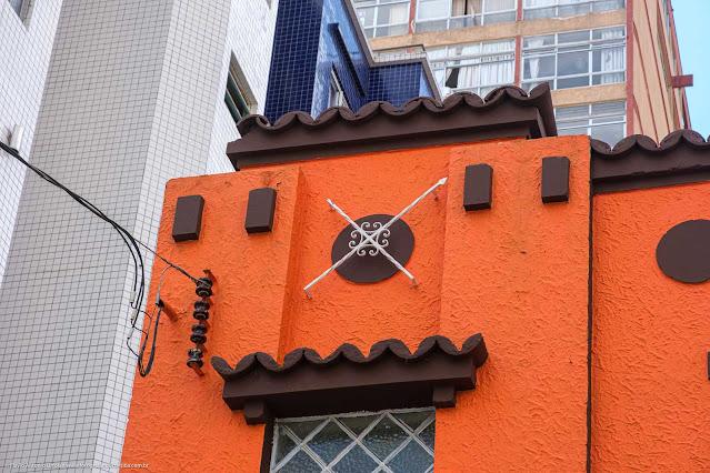 Sobrados na Rua Marechal Deodoro - detalhe da platibanda com ornamento de ferro