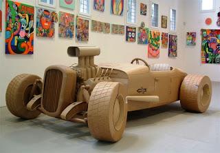 auto de carreras clásico hecho con cartón reciclado