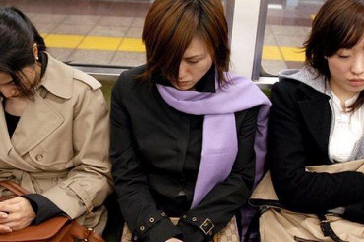 Wanita Di jepang Dilarang Pakai Kacamata Saat Berkerja