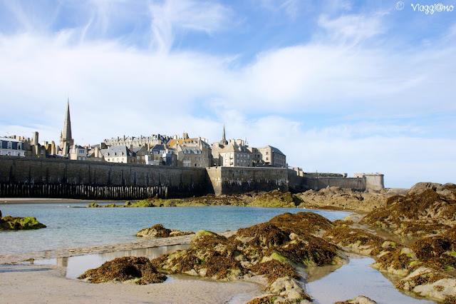 Vista di Saint Malo e delle mura con la bassa marea