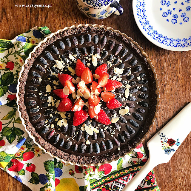 Tarta czekoladowa z letnimi owocami