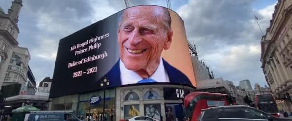Και η Βόρεια Κορέα κύριε; Τεράστιες πινακίδες και γιγαντοοθόνη με το πρόσωπο του πρίγκηπα Φιλίππου στο Λονδίνο