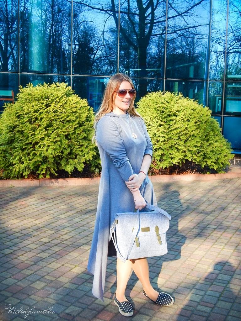 6 sukienka asymetryczna szara z kapturem sammydress maxi dresowa sukienka filcowa duża listonoszka A4 manzana espadryle w groszki renee melodylaniella ootd wiosenna stylizacja