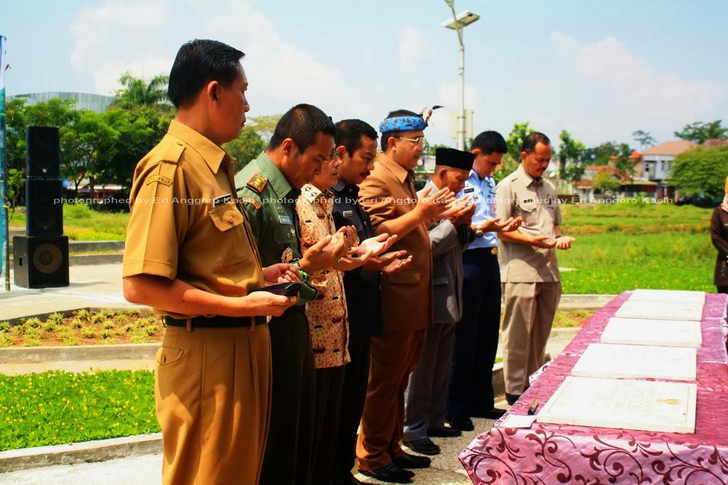 Pembacaan Doa pada Penandatanganan Prasasti Taman Kota