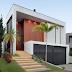 Fachada de casa contemporânea em aclive com painel de madeira e portão preto de chapa perfurada!