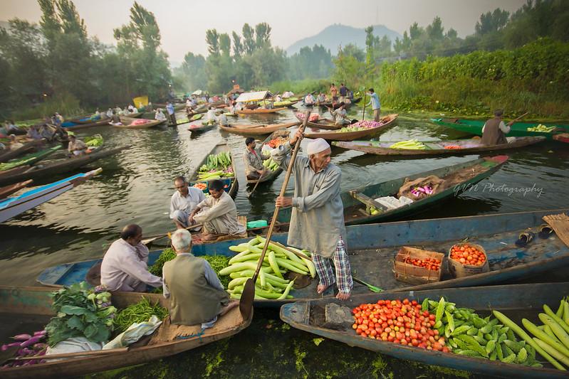 Floating vegetable market on Dal Lake