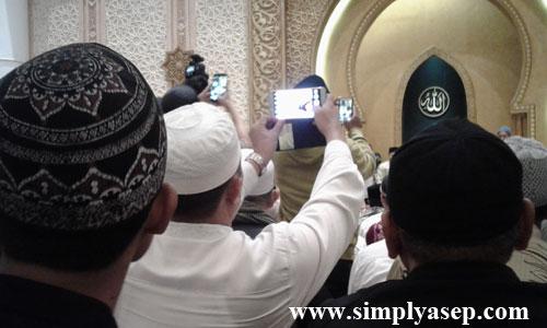 SELFIE  : Sudah lazimnya maraknya foto diri (Swafoto) atau Selfie bahkan untuk acara Subuh Akbar sekalipun. Jamaah ini tertangkap kamera berfoto selfie di tengah kerumunan jamaah lain . Foto Asep Haryono