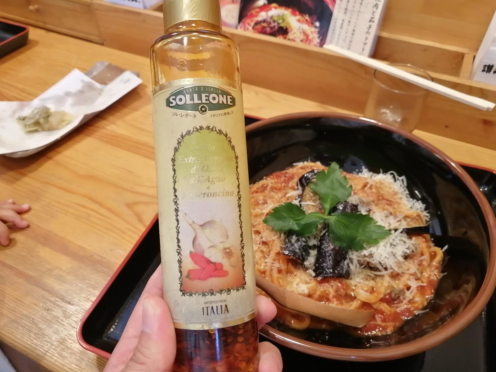 絢うどん「挽肉と茄子のトマトにんにくうどん」についてくるオリーブオイル