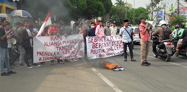 Bakar Ban Di Jalan, Mahasiswa Tangsel Tolak Deklarasi #2019GantiPresiden