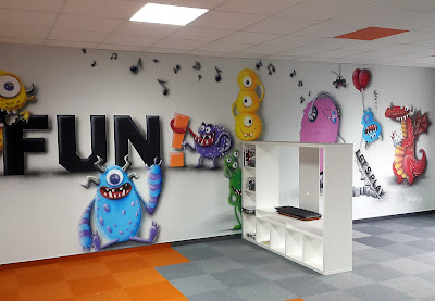 Aranżacja chillout room, malowidło ścienne w pokoju wypoczynkowym, firmowy pokój relaksacyjny, mural 3D, artystyczne malowanie ścian