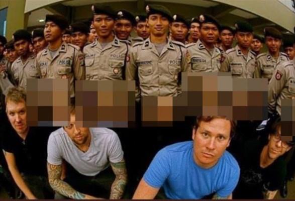 Eks Vokalis Blink182 Sindir Seragam Polisi Indonesia, Warganet: Mau Kena UU ITE Kau Tom?