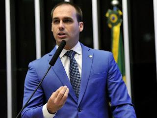Professora é ameaçada após filho de Bolsonaro espalhar falso boato na internet