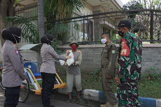 Jalani PPKM Darurat,Polisi Bagikan Sembako Geratis Pada Tukang Becak