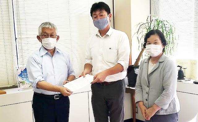 泉房穂市長に辻本達也市議と楠本美紀市議が要請書を手渡しました。