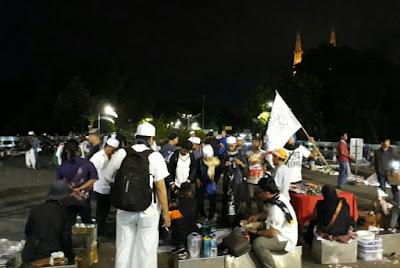 Pedagang di Masjid Istiqlal Mendapat Berkah dengan Adanya Massa Aksi 313