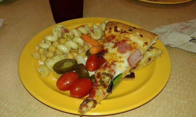 Prato montado na Cici's Pizza