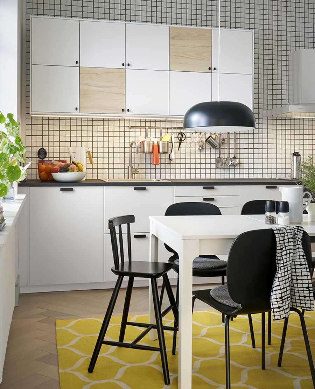 Novedades catálogo Ikea 2020 cocina muebles blancos y madera natural con tiradores negros