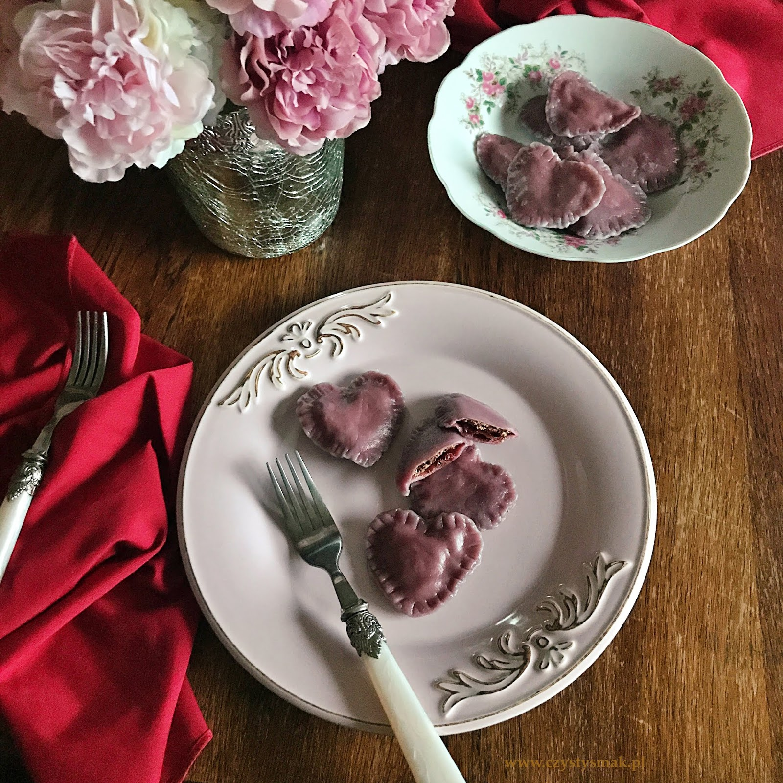 Różowe pierogi z twarogiem i czekoladą