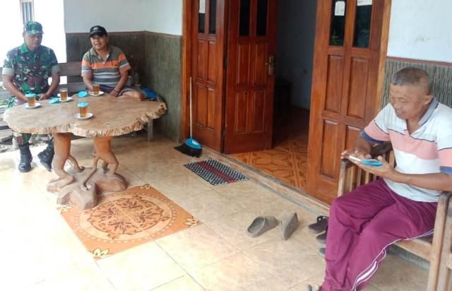 Bina Kedekatan, Babinsa Koramil Pulung Lakukan Anjangsana ke Rumah Warga Binaan